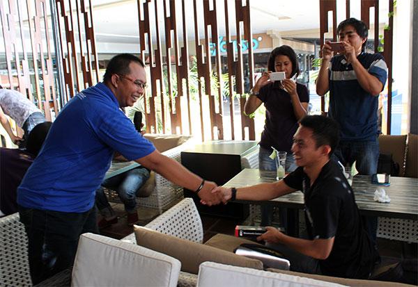 Nawir saat menerima hadiah undian Tongsis