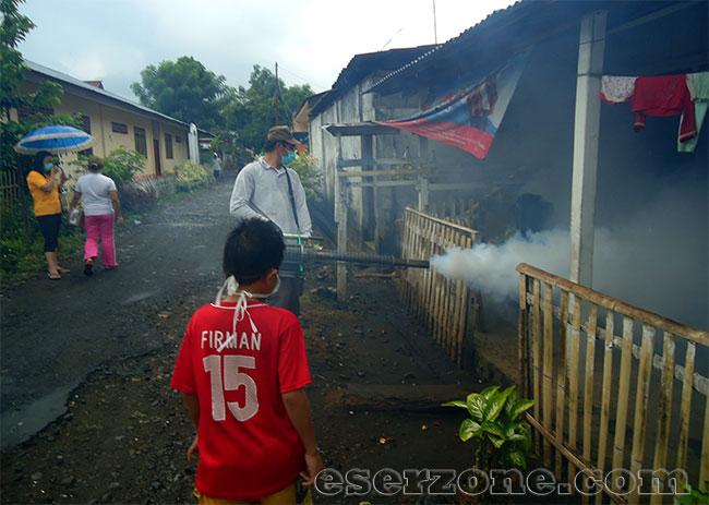 Fogging Petugas Kesehatan di Minahasa Selatan DBD Kepung Sulut, Mungkin Kejadian Ini Harus Sering Terjadi!